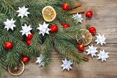 Schöner Weihnachtshintergrund: Weißbuchsterne, Äpfel Lizenzfreies Stockfoto