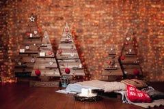 Schöner Weihnachtsinnenraum mit verziertem hölzernem Baum Lizenzfreies Stockfoto