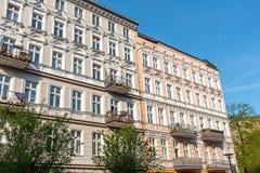 Schöner wieder hergestellter alter Wohnungsbau in Berlin stockfoto