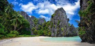Schöner wilder Strand unter den Felsen von EL Nido.Philippines Stockfotos