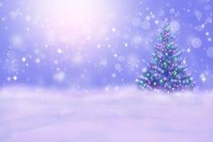 Schöner Winternachthintergrund mit Weihnachtsbaum mit Kopienraum stockfotos