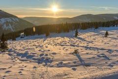 Schöner Wintersonnenaufgang mit Blendenfleck im riesigen Berg Lizenzfreie Stockfotografie