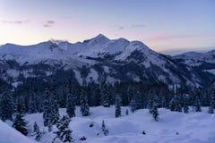 Schöner Wintersonnenuntergang in den Bergen stockbilder