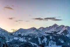 Schöner Wintersonnenuntergang in den Bergen lizenzfreie stockfotos