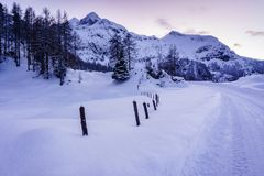 Schöner Wintersonnenuntergang in den Bergen lizenzfreie stockbilder