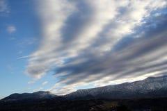 Schöner Wintertag mit blauen Himmeln und geschwollenes im Schnee bedeckten Berge in Tucson Arizona Lizenzfreies Stockfoto