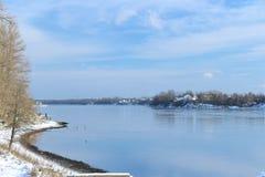Schöner Wintertag Schnee auf der Bank des Flusses Stockfotos
