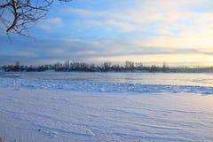 Schöner Wintertag Schnee auf der Bank des Flusses Lizenzfreies Stockbild