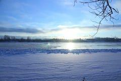 Schöner Wintertag Schnee auf der Bank des Flusses Stockbild