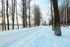 Schöner Wintertag Schnee auf der Straße Schneegasse Bäume unter dem Schnee Stockfotos