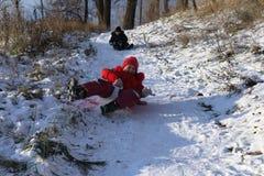 Schöner Wintertag Spaß, Kinderspiele Stockbild