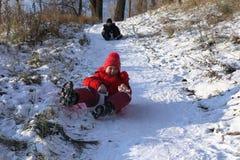 Schöner Wintertag Spaß, Kinderspiele Stockfoto