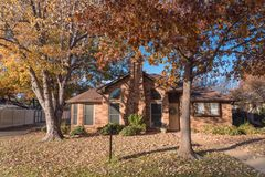 Schöner Wohnhauseingang mit buntem Herbstlaub nahe Dallas stockfotos