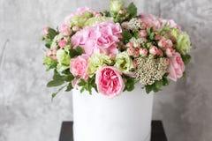 Schöner zarter Blumenstrauß von Blumen im weißen Kasten auf grauem ackground mit Raum für Text Lizenzfreie Stockbilder