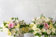 Schöner zarter Blumenstrauß von Blumen im weißen Kasten auf hellem ackground mit Raum für Text Stockfotografie