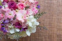 Schöner zarter Hochzeitsblumenstrauß von Sahnerosen und von Eustoma blüht in den Händen der Braut Stockfotografie