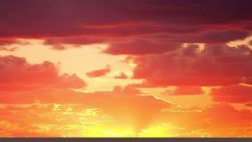 Schöner Zeitspannesonnenaufgang durch die Wolken stock video footage