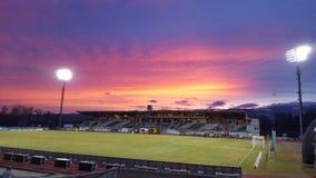 Schönerer Sonnenuntergang im Fußball Stadion Stockbilder