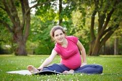 Schönes Üben der schwangeren Frau lizenzfreies stockbild