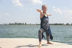 Schönes übendes Yoga der jungen Frau draußen am Morgen stockfotos