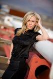 Schönes überzeugtes blondes Art und Weisebaumuster auf Site Stockbilder