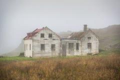 Schönes abadoned Haus im Nebel Stockfoto