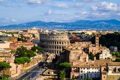 Schönes Abendpanorama von Rom und von altem Kolosseum lizenzfreie stockfotos