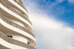 Schönes abstraktes Gebäude in Montenegro Abstraktion und Geometrie in den Gebäuden Abstraktes zeitgenössisches Architekturbild Stockfoto