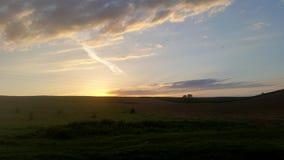 Schönes Ackerland, fruchtbarer landwirtschaftlicher Boden im Sonnenuntergang nahe dem Fruska Gora, Vojvodina, Serbien Lizenzfreies Stockbild