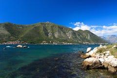 Schönes adriatisches Wasser und Hochgebirge Küste freien Raumes Stockbilder