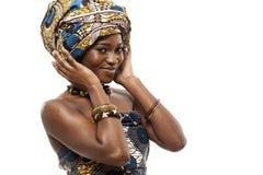 Schönes afrikanisches Mode-Modell im Trachtenkleid. stockfotos