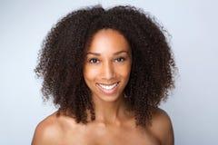 Schönes Afroamerikanerfrauenlächeln Stockfoto