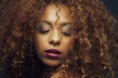 Schönes Afroamerikanerfraumode-modell lizenzfreies stockfoto