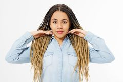 Schönes Afroamerikanermädchen mit dem Afrofrisur- und Jeanshemd lokalisiert auf weißem Hintergrund Bilden Sie und arbeiten Sie um lizenzfreie stockfotos