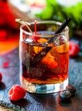Schönes Alkoholcocktail mit Kirsche und Himbeeren Lizenzfreie Stockbilder