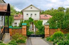 Schönes altes hölzernes Blockhaus Lizenzfreie Stockfotos