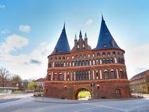 Schönes altes historisches Holstentor-Stadt-Tor Ansicht am sonnigen Tag lizenzfreie stockfotos