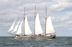 Schönes altes holländisches Boot mit Fluggästen Stockfotografie
