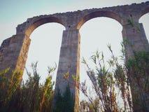 Schönes altes Monument, ein Steinaquädukt stockfoto