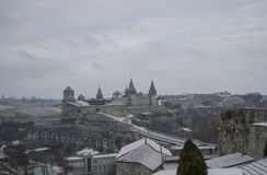 Schönes altes Schloss auf dem Hügel im Winter Stockbilder