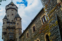 Schönes altes Schloss auf dem Hintergrund des Himmels Stockfoto