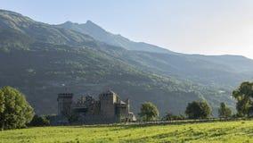 Schönes altes Schloss im Aostatal mit Sonnenaufgang Lizenzfreies Stockbild