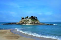 Schönes altes Steinhaus auf einer Insel im Ozean nahe Cancale Brittany France stockbilder