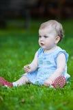 Schönes anstarrendes nettes Baby Lizenzfreie Stockbilder