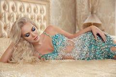 Schönes anziehendes sexy blondes Frauenporträt in Mode decollet Stockbild