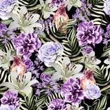 Schönes Aquarellmuster mit Pfingstrose und rosafarbene Blumen, Lilie und tropischer Vogel, Flieder und Blätter Lizenzfreies Stockbild