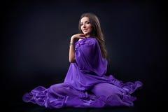 Schönes arabisches Mädchen, das in der Dunkelheit aufwirft Stockfotografie