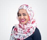 Schönes arabisches Modell im hijab mit einem schönen Lächeln stockbilder