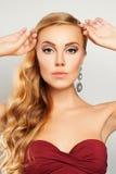 Schönes Art- und Weisebaumuster Frau mit Make-up und gewelltem Hairst Stockbild
