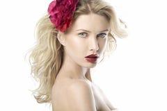 Schönes Art und Weisefrauenportrait mit den roten Lippen Stockfotos